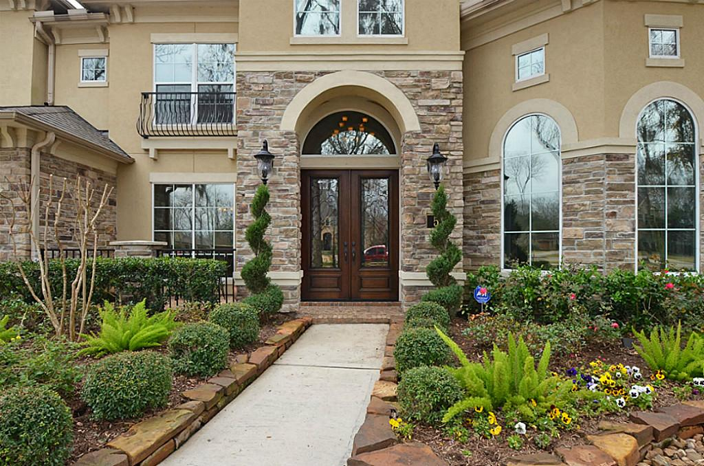 Stucco a beautiful cladding for your home for Stucco homes with stone accents
